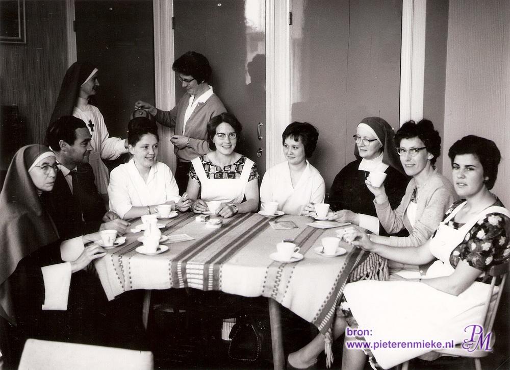 Deze teamfoto is beginjaren 60 genomen in de allereerste personeelskamer. V.l.n.r.: Zr. Leonora (handwerken); Matern Gijsen (algemene vakken); staand Zr. Editha (zorg voeding woning kleding en gezondheid); Nel Beumers (naaldvakken); staand Jos Eevers (algemene vakken); Riet Angenendt (eveneens zorg voeding woning kleding en gezondheid); Yvonne Meereboer (naaldvakken); directrice Zr. Martini; Wies Bollen (naaldvakken) en tenslotte Leny Roelofs (naaldvakken).