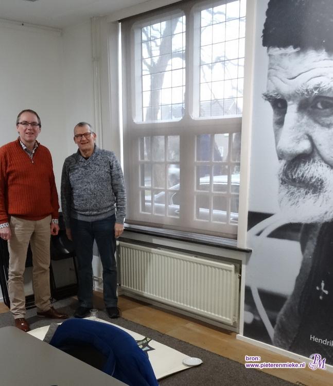 Lex van de Haterd (li) en Pieter Willems (re) bij het bekijken van het carton in museum De Wieger