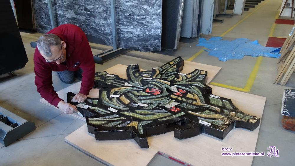 Hier nog recent (2016) bezig met de redding en opbouw van een keramieken kunstwerk van Pieter Wiegersma