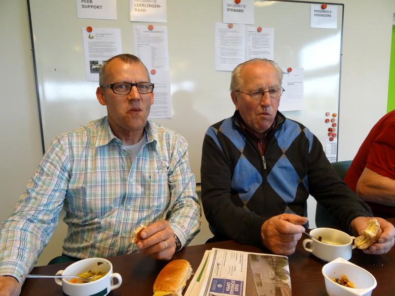 Tijdens de soep en het broodje, naast Pieter Willems de nestor van het gezelschap: Cor Goossens