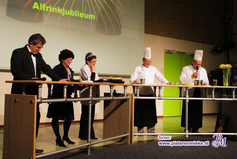 En vaak deelname aan het cabaret zoals hij bij het jaarlijkse jubileumcabaret: Hier 'Herrie in de keuken' uit 2009
